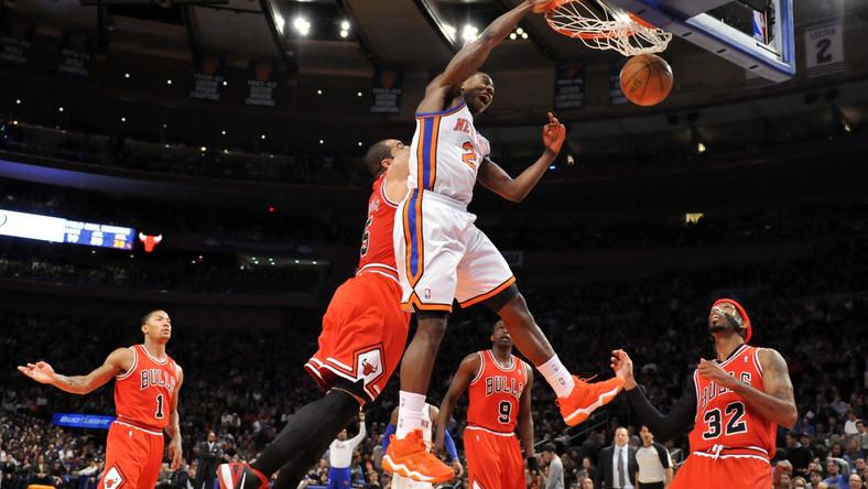 Gracz Knicks wkłada piłkę do kosza
