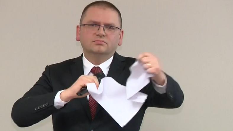 """Sędziowie Sądu Rejonowego w Olsztynie podczas zebrania, na którym obecny był zawieszony sędzia Juszczyszyn, odrzucili sprawozdanie roczne z działalności sądu na rok 2019 r. Wezwali też prezesa sądu Marcina Nawackiego do """"zaniechania działań utrudniających sędziemu Juszczyszynowi wykonywanie obowiązków"""". Prezes Nawacki podarł propozycje uchwał przekazaną przez sędziów."""