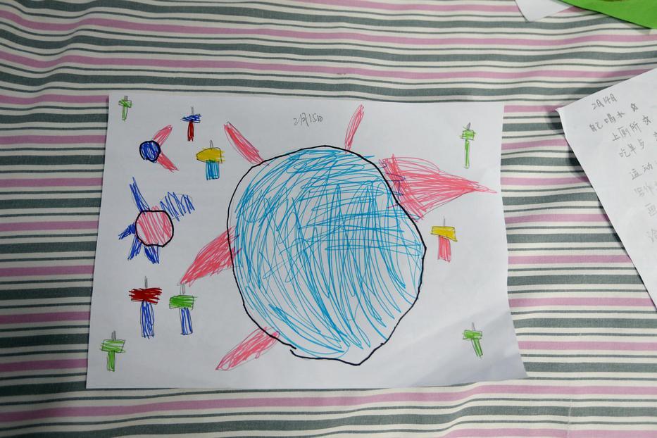 Az ötéves Juanjuan rajza. Fotó: UNICEF