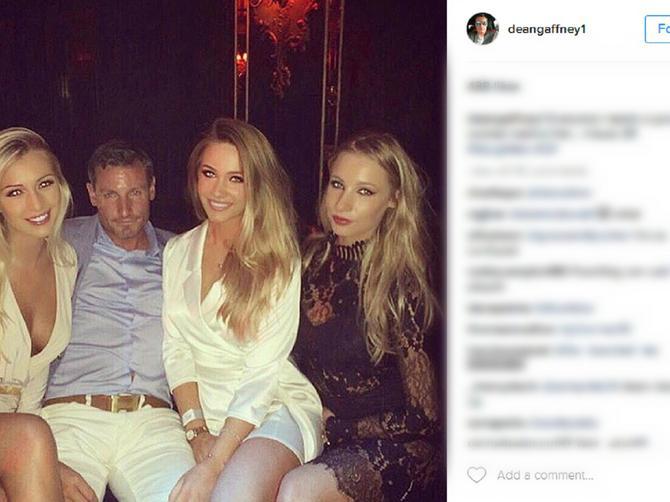 Glumac fotkom zbunio internet: Ko mu je devojka, a ko su mu ćerke?