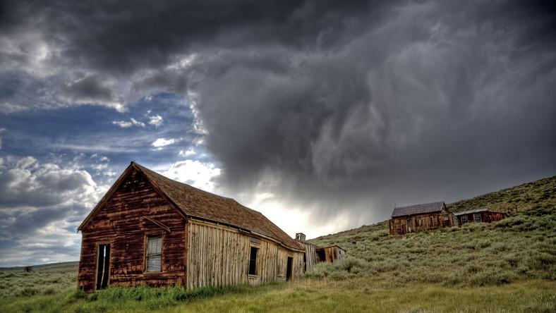 Bodie założył w 1859 roku W.S. Bodey. Miasteczko znajduje się w górach Sierra Nevada, niedaleko miejsc, gdzie wydobywano złoto. To jedna z wielu amerykańskich miejscowości powstałych na fali XIX-wiecznej gorączki złota...