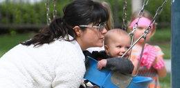 Blair zabrała dziecko na huśtawki