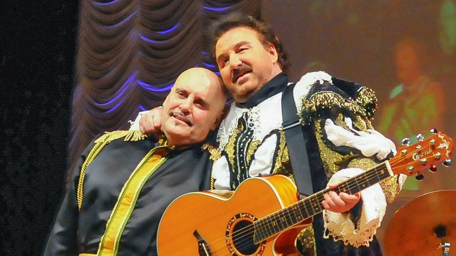 Marian Lichtman i Krzysztof Krawczyk podczas koncertu z okazji 45-lecia zespołu Trubadurzy w Łodzi w 2011 r.