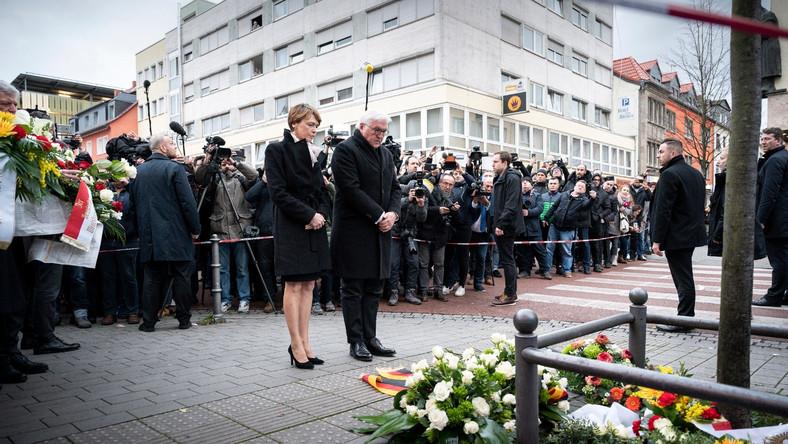 prezydent Niemiec przed miejscem zamachu w Hanau