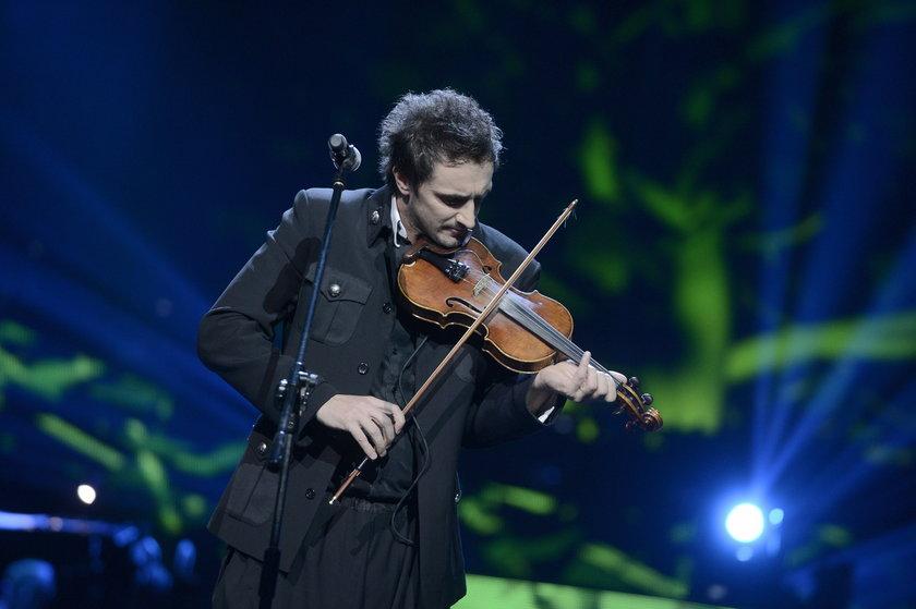Sebastian Karpiel-Bułecka ze skrzypcami