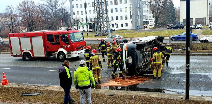 Groźny wypadek w Al. Prymasa Tysiąclecia w Warszawie. Duże korki!