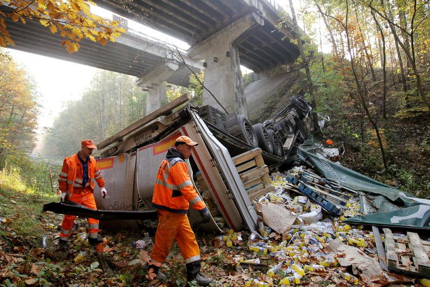 Tir runął 15 metrów w dół z wiaduktu! Kierowca przeżył