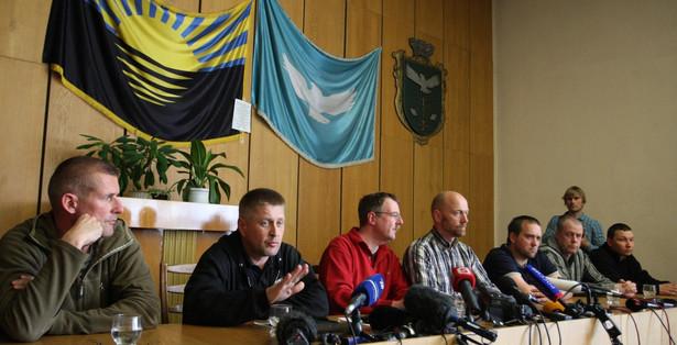 Konferencja porwanych obserwatorów OBWE i prorosyjskich separatystów. Fot. EPA/IGOR KOVALENKO