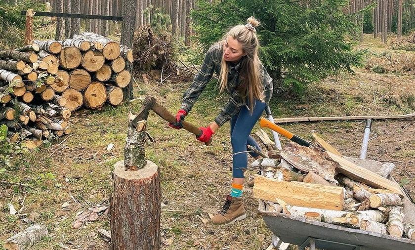 Piękna modelka i influencerka od razu po powrocie z wakacji ruszyła na pomoc tacie. Zabrała się nawet za rąbanie drewna na zimę!