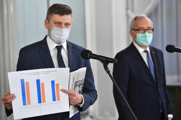 Poseł PiS Kazimierz Smoliński (P) oraz wiceminister sprawiedliwości Marcin Warchoł (L) podczas konferencji prasowej w Sejmie