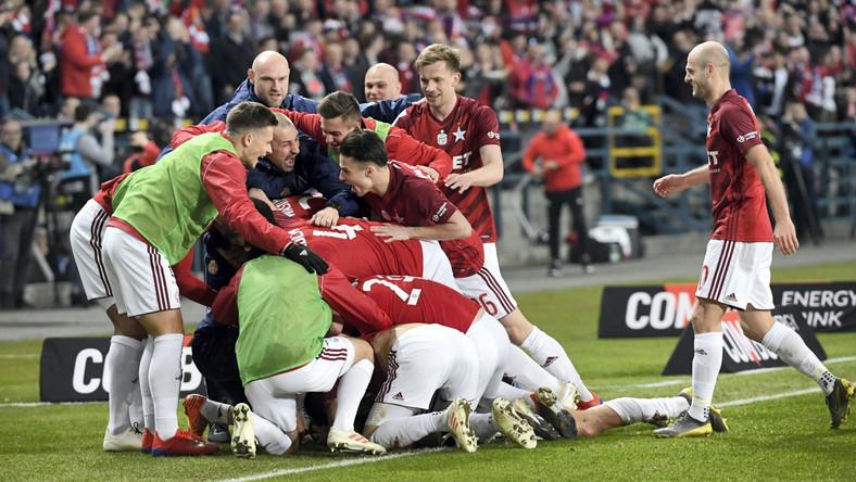 Radość piłkarzy Wisły Kraków po strzeleniu gola w meczu Ekstraklasy z Cracovią