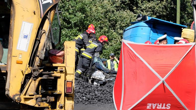 Do wypadku doszło około południa na węźle drogi krajowej nr 86, gdzie trasa łącząca Katowice z Bielskiem-Białą krzyżuje się z drogą prowadzącą m.in. w kierunku Mysłowic-Wesołej oraz dzielnicy Katowic, Kostuchny. Z nieustalonych na razie przyczyn przewróciła się tam ciężarówka z węglem, która przygniotła i zasypała węglem jadącego obok osobowego nissana.