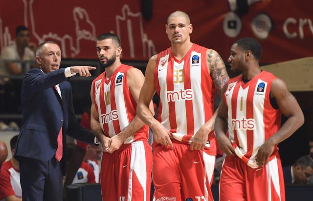 Milan Tomić u razgovoru sa igračima