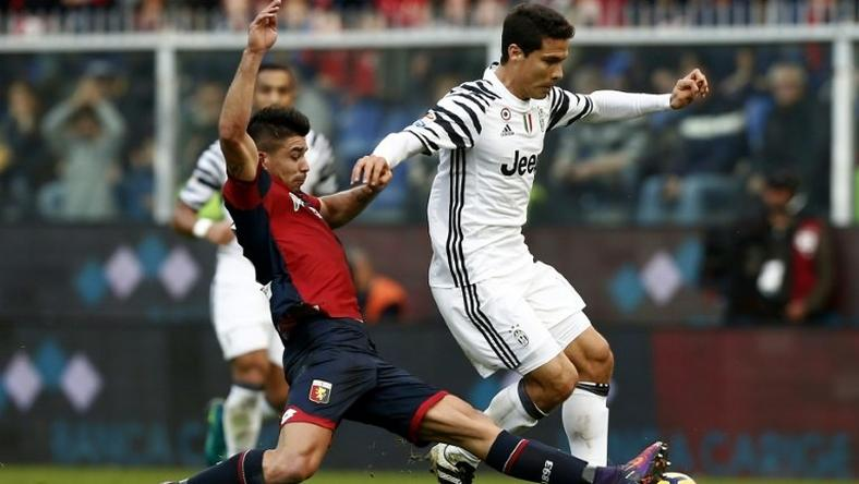 Genoa's forward Giovanni Simeone (L) vies for the ball with Juventus' Brazilian midfielder Anderson Hernanes during the Italian Serie A football match between Genoa and Juventus on November 27, 2016