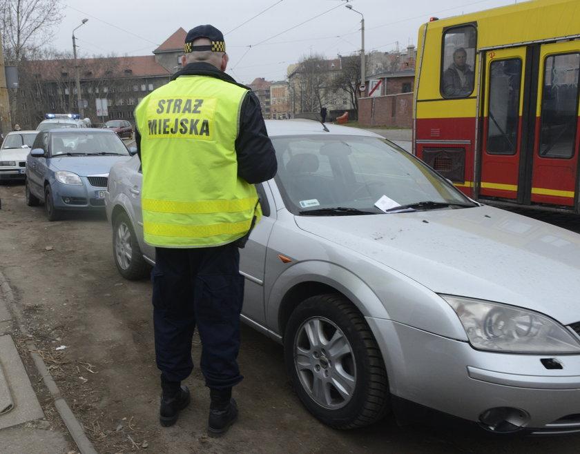 Straż miejska wypisuje mandat we Wrocławiu