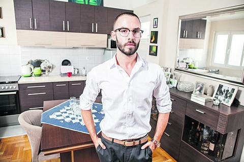 Voditelj TV Pinka Mihajlo Pavić je rano ostao bez roditelja, a evo u KAKVOM STANU sada ŽIVI! Video