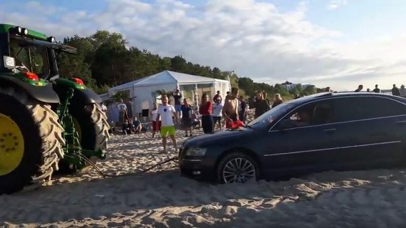 Polak wjechał samochodem na plażę i utknął w piasku