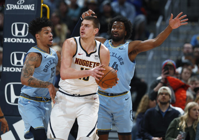 Nikola Jokić na NBA utakmici Denver - Memfis