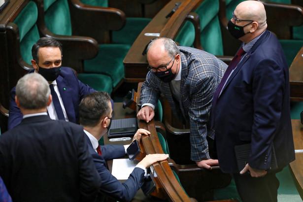 Przewodniczący PSL Władysław Kosiniak-Kamysz (2L), poseł PSL Dariusz Klimczak (3L), wicemarszałek Sejmu Piotr Zgorzelski (P) i wicemarszałek Sejmu Włodzimierz Czarzasty (2P) na sali obrad Sejmu