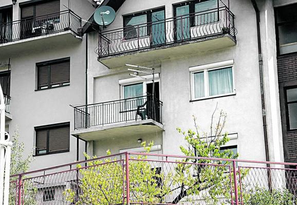 Sin je izbo majku na terasi, a potom pokušao i da je baci sa visine od desetak metara na ulicu