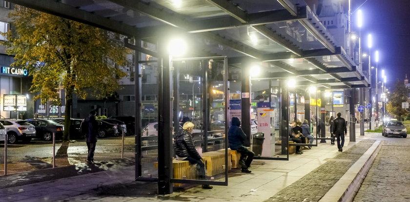 Cud w Katowicach. Przystanki mają oświetlenie!