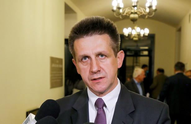 Według CBA i prokuratury, Jan Bury miał między innymi pomagać w załatwianiu kontraktów firmie z Leżajska z jednym z paliwowych koncernów