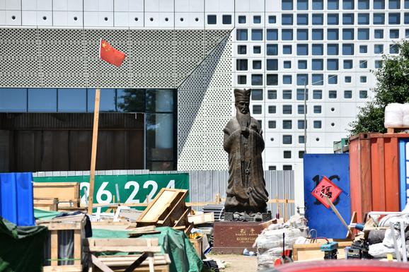 Spomenik Konfučiju čeka završetak radova