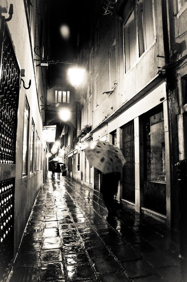 Urokliwe weneckie uliczki w deszczu