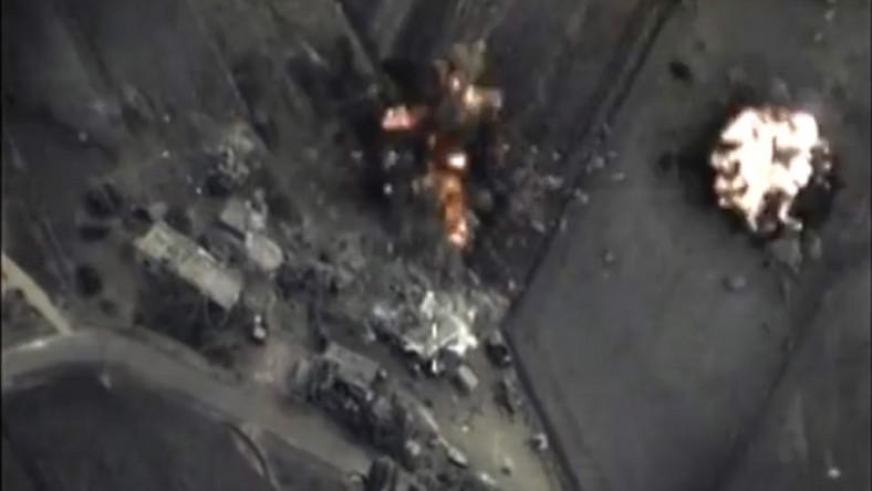 Według agencji TASS, w środę rosyjskie lotnictwo bombardowało pozycji terrorystów, w tym węzły łączności, centra dowodzenia oraz magazyny paliwa i sprzętu wojskowego, łącznie osiem celów. W operacji brały udział maszyny Su-24M i Su-25. Natomiast w nocy rosyjskie samoloty atakowały cztery pozycje, w tym zakład, w którym montowano bomby pułapki, znajdujący się niedaleko Homs, magazyn amunicji w pobliżu miejscowości Idlib i punkt dowodzenia na przedmieściach Hama. Rosyjskie resorty obrony i spraw zagranicznych zapewniają, że nie bombardują celów cywilnych. Tłumaczą przy tym, że korzystają z wywiadu satelitarnego, dronów i danych przekazywanych przez syryjską armię.