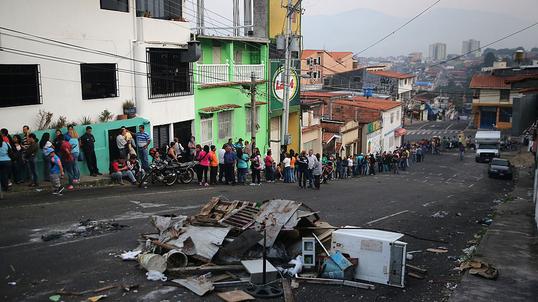 Znalezione obrazy dla zapytania upadek gospodarczy wenezueli zdjecia