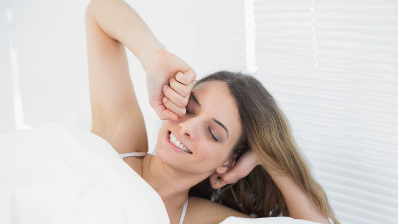 Odpowiednia porcja snu zapewnia dużo energii oraz dobre samopoczucie na cały dzień. Poza tym wzmacnia organizm, zapobiega otyłości i wielu innym chorobom. Ważne jest, by sen był dobry i zdrowy. Dr Michał Skalski w portalu www.nabezsennosc.pl daje konkretne rady, co robić, by nocny odpoczynek był jak najlepszy