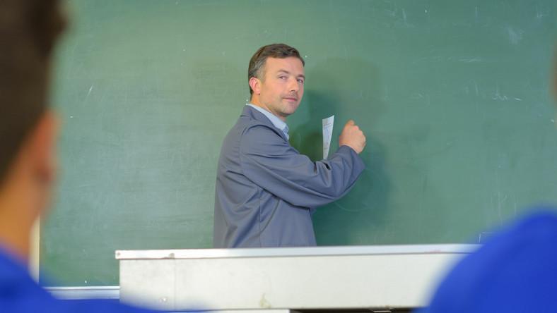 Nauczyciel przy tablicy