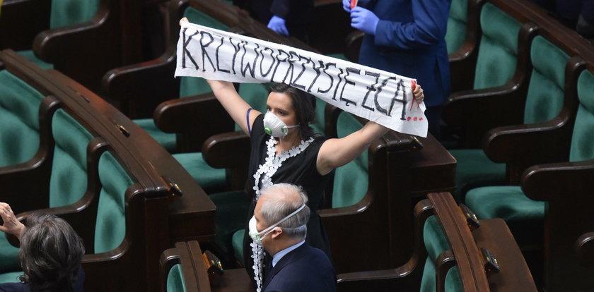 Posłanka Jachira protestuje w Sejmie. Co zarzuca Dudzie?