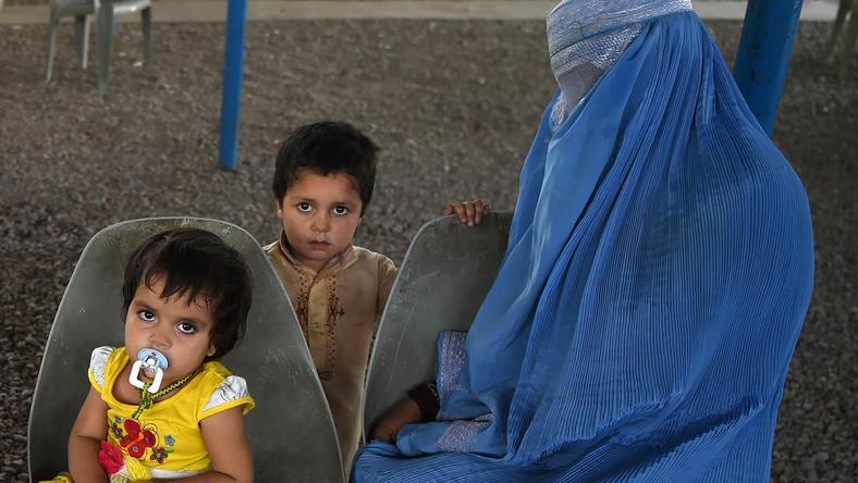Afgańska rodzina w siedzibie Biura Wysokiego Komisarza Narodów Zjednoczonych ds. Uchodźców