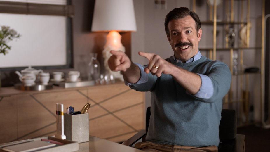 "Jason Sudeikis w serialu ""Ted Lasso"""