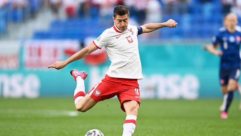Robert Lewandowski w trakcie meczu Polski ze Słowacją w Sankt Petersburgu