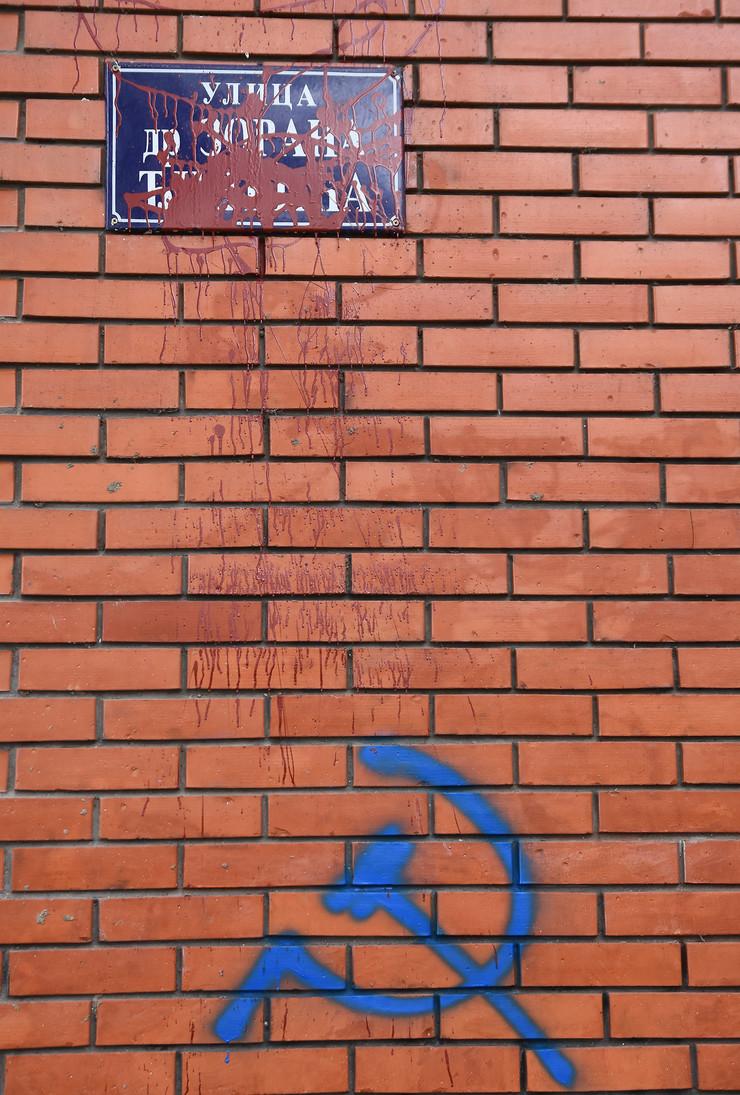 Novi Sad 077 preskrabana tabla sa nazivom ulice Zoran Djindjic foto Nenad Mihajlovic