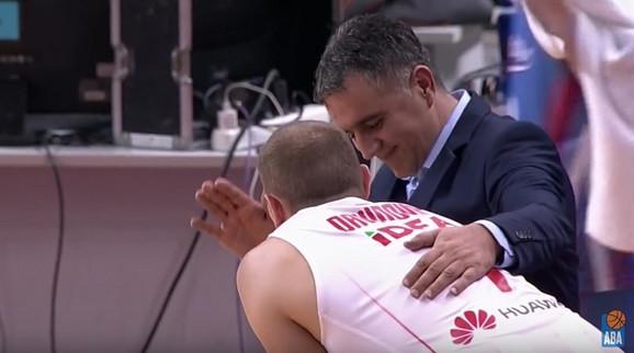 Dragan Bajić u razgovoru sa Zvezdinim košarkašem Dejanom Davidovcem