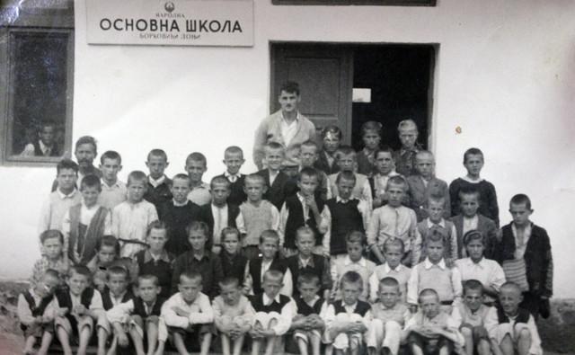 Učitelj Boško Vulić sa svojim đacima ispred škole u Borkovićima koju je sam sagradio