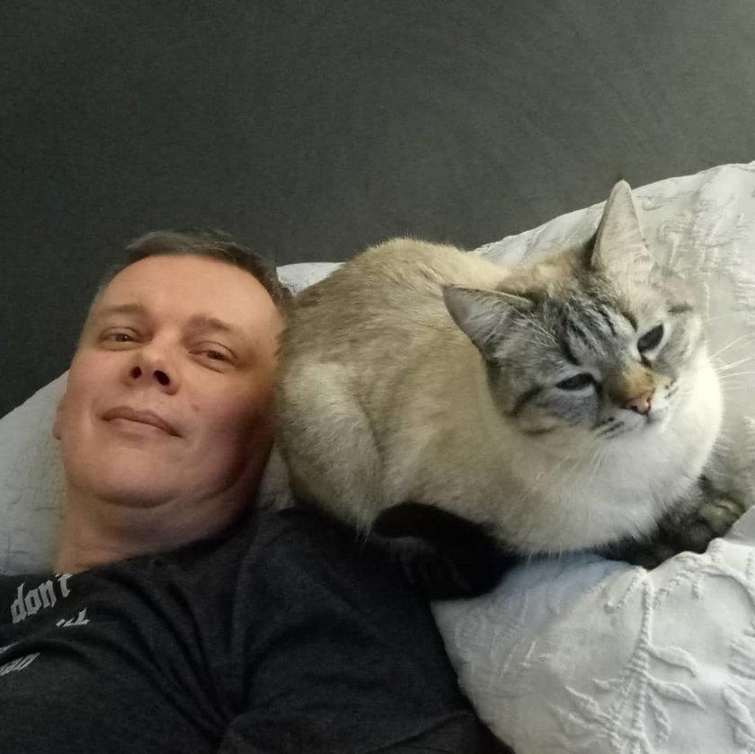 Tomasz Siemoniak ze swoją kotką