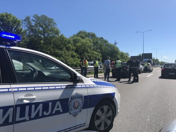 Policija vrši uviđaj i reguliše saobraćaj