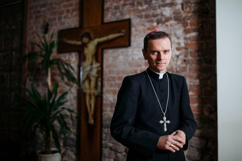 Biskup płocki Mirosław Milewski ujawnia, ile zarabia i czym jeździ