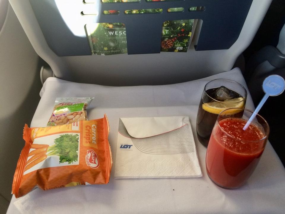 Gdy samolot znajdzie się na wysokości przelotowej, pasażerowie w klasie biznes otrzymują napoje (w menu alkohole, napoje gazowane soki, kawa, herbata) i przekąskę.
