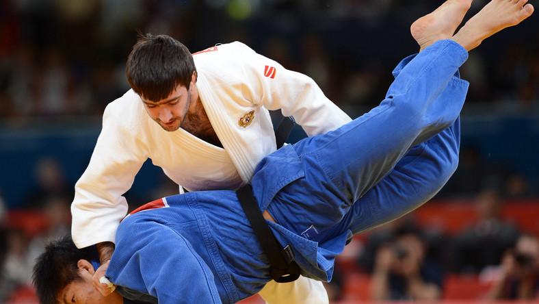 Riki Nakaya (na niebiesko) w walce z Mansurem Isajewem