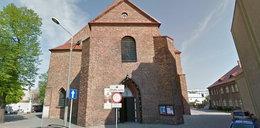 Ksiądz wywiesił na kościele skandaliczny plakat. Co na to kuria?