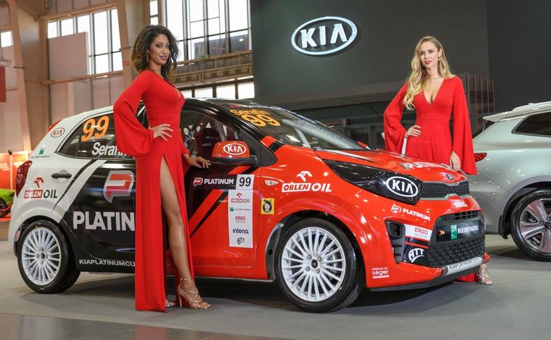 Stoisko Kia nabrało sportowego charakteru dzięki nowemu wcieleniu wyścigowego Picanto, które już w ostatni weekend kwietnia rozpocznie na torze Hungaroring zmagania w ramach Samochodowych Mistrzostw Polski KIA PLATINUM CUP