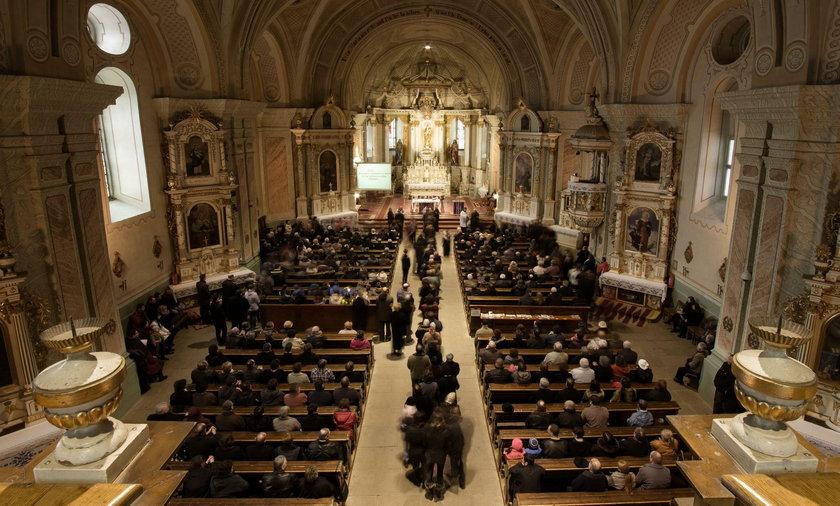 Polacy odchodzą z Kościoła - sondaż Pew Research Center