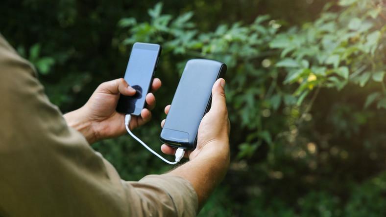 Powerbank podłączony do smartfona