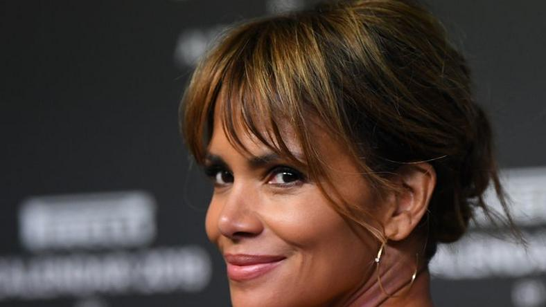 ___9202983___2018___12___15___17___halle-berry-walks-the-red-carpet-ahead-of-the-2019-pirelli-news-photo-1068835516-1544816266