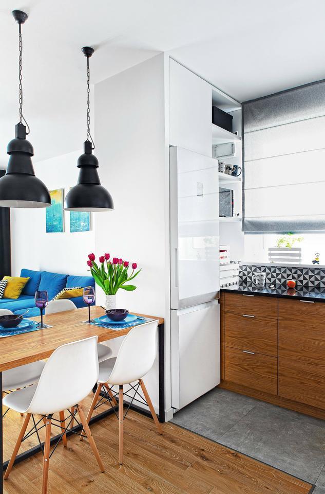 STÓŁ wyznacza umowną granicę między kuchnią a pokojem dziennym.
